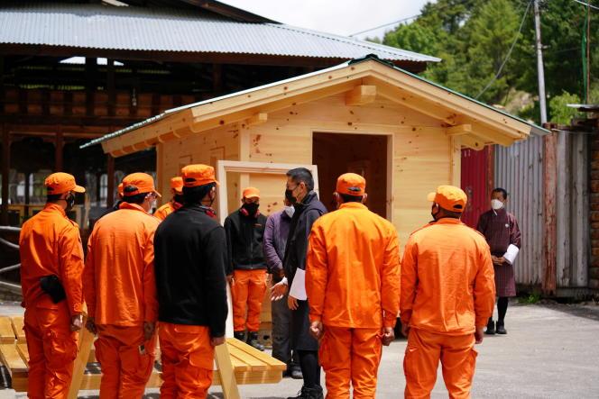 Le roi du Bhoutanenvisite dans des villages pour superviser les mesures mises en place pour contenir la pandémie, à Bumthang, le 7 juin 2021.