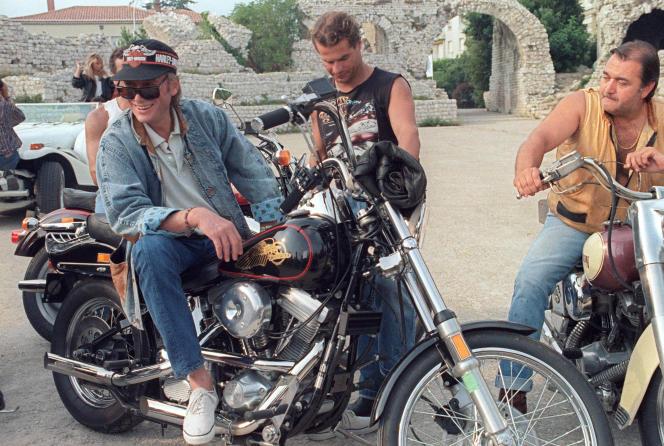 Johnny Hallyday, assis sur une Harley-Davidson, à Nice, en août 1987.