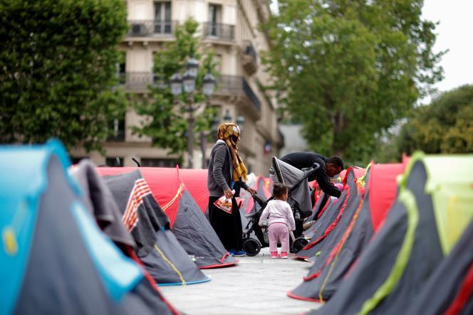 Des migrants soutenus par l'association Utopia56 installent des tentes sur le parvis de l'hôtel de ville de Paris, le 25 juin 2021.