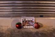 L'édition finale du journal prodémocratie «Apple Daily» est affichée entre deux fausses pommes, à Hong Kong, le 24 juin 2021.