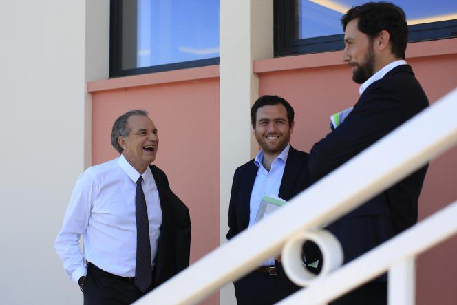 Renaud Muselier (à gauche) avant le débat avec Thierry Mariani, le 24 juin 2021, à Mandelieu-la-Napoule (Alpes-Maritimes).
