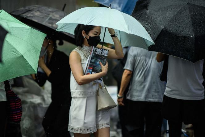 Une femme tient un exemplaire du dernier numéro du journal «Apple Daily »,à Hongkong, le 24 juin 2021.