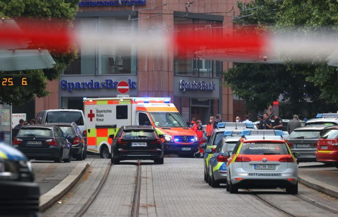 Samochody policyjne i karetka na miejscu zamachu w Würzburgu 25 czerwca 2021 r.