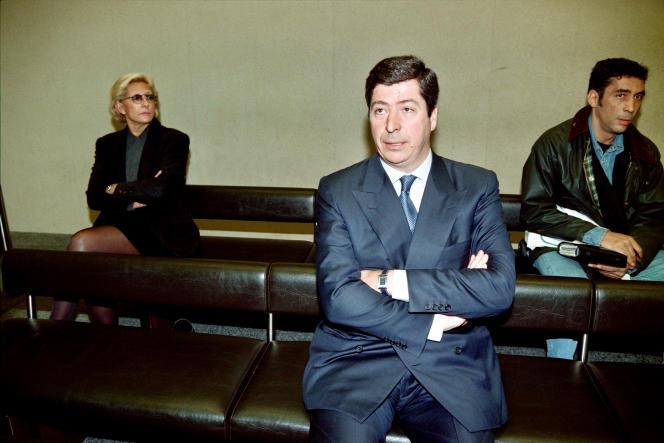 Patrick Balkany (au centre) et Isabelle (à gauche) devant le tribunal correctionnel de Nanterre en mars 1996.