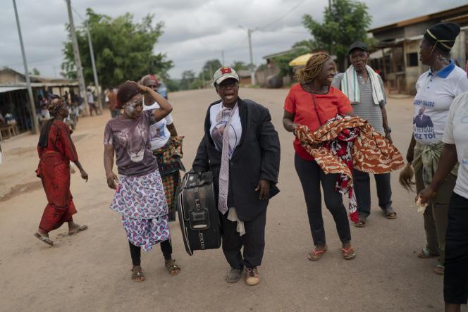 Lors de la célébration du retour du président Gbagbo à Mama, en Côte d'Ivoire, une habitante a revêtu un costume représentant l'ex-président ivoirien avec des bagages, le 19 juin 2021.
