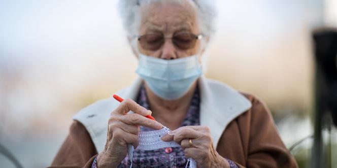 Une pensionnaire dans un Ehpad près de Nantes, le 30 mars.