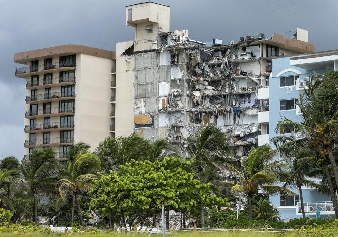 Le complexe résidentiel Champlain Towers South, au lendemain de l'effondrement, survenu le 24 juin 2021, à Surfside (Floride).