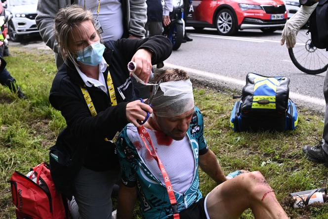 Le coureur français de la Team B&B Cyril Lemoine au moment de son abandon sur la 1re étape du Tour.