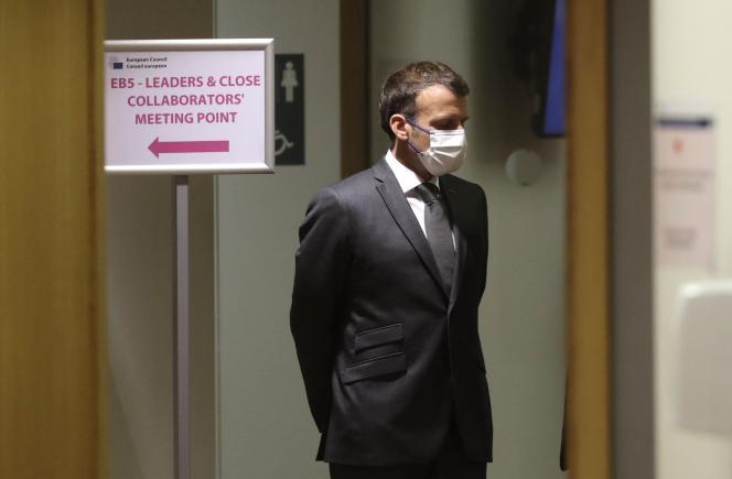 Emmanuel Macron patiente avant le début du deuxième jour du sommet européen, le 25 juin 2021 à Bruxelles.