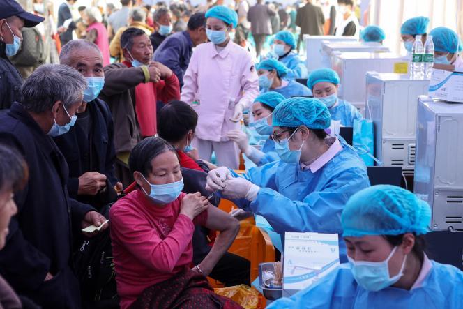 Des gens reçoivent le vaccin Sinopharm, à Chongqing, dans le centre de la Chine,le 12 avril 2021.