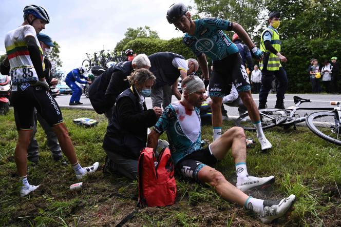 Plusieurs coureurs – ici le Français Cyril Lemoine, membre de l'équipe B&BHotels p/bKTM– ont été blessés lors de la chute du 26juin2021, pour la première étape du Tour de France.