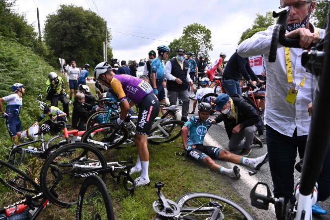 L'Allemand Tony Martin, qui a percuté une pancarte, a chuté et a entraîné au sol, par un effet de dominos, bon nombre de coureurs.