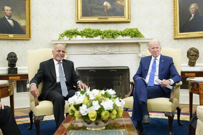 Le président Joe Biden (à droite) reçoit son homolgue afghan, Ashraf Ghani (à gauche), dans le bureau Ovale de la Maison Blanche, à Washington, le 25 juin 2021.