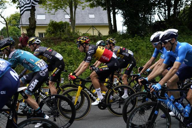 Le champion de Belgique, Wout Van Aert, dans le peloton lors de la première étape du Tour de France entre Brest et Landerneau, samedi 26 juin.