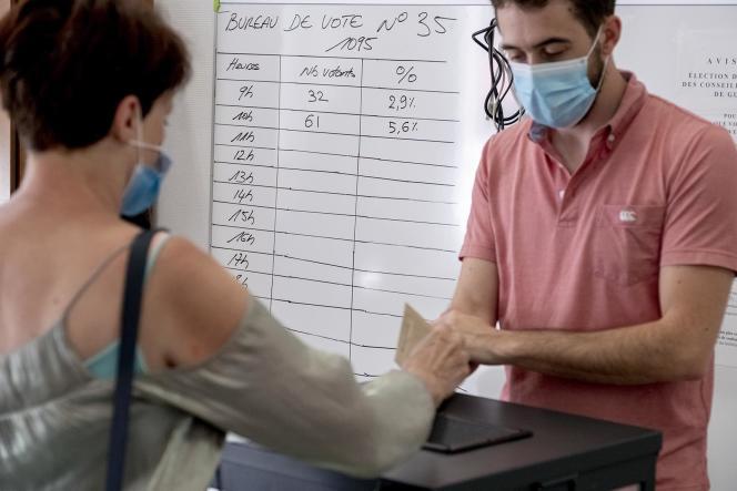 Tableau du taux de participation dans un bureau de vote de l'école Emile-Zola, à Villeurbanne, pour le second tour des élections régionales en Auvergne-Rhône-Alpes, le 27 juin 2021.