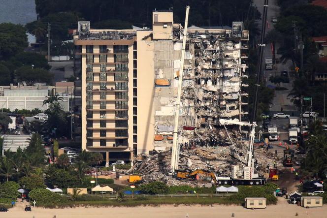 Une vue aérienne montre l'immeuble résidentiel partiellement effondré à Surfside, près de Miami Beach (Floride), le 27 juin 2021.