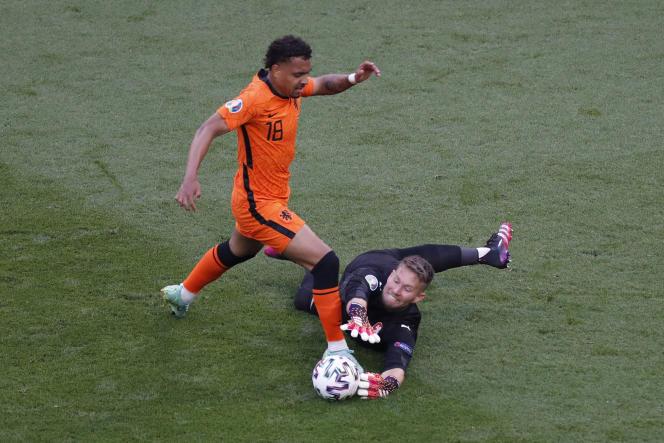 Le Néerlandais Donyell Malen ne parvient pas à conclure son action face au Tchèque Tomas Vaclik, le 27 juin à Budapest.