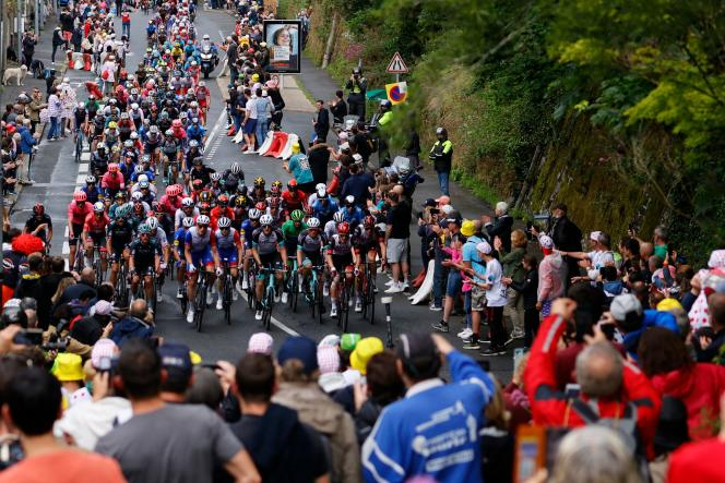 Le peloton lors de la deuxième étape du 108e Tour de France entre Perros-Guirec et Mûr-de-Bretagne – Guerlédan (Côtes-d'Armor), le 27 juin.