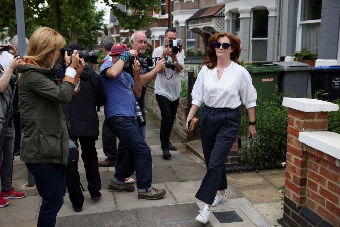 Martha Hancock, l'épouse du secrétaire britannique à la Santé Matt Hancock, quitte son domicile à Londres, en Grande-Bretagne, le 25 juin 2021.
