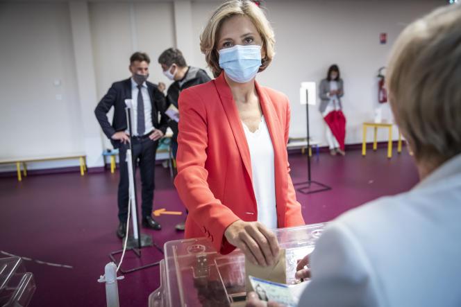 La présidente sortante du conseil régional d'Ile-de-France, Valérie Pécresse, vote pour le second tour des élections régionales au bureau de vote de l'école maternelle René-Dorme, à Vélizy (Yvelines), le 27 juin 2021.