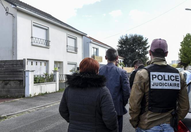 Devant la maison de la famille Troadec, lors d'une reconstitution avec Hubert Caouissin, à Orvault (Loire-Atlantique), en avril 2019.
