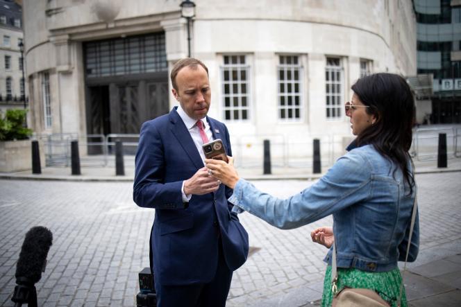 Le ministre britannique de la santé, Matt Hancock, et son assistante Gina Coladangelo, à la sortie de la BBC, dans le centre de Londres, le 6 juin 2021, après avoir participé à l'émission politique «The Andrew Marr Show».