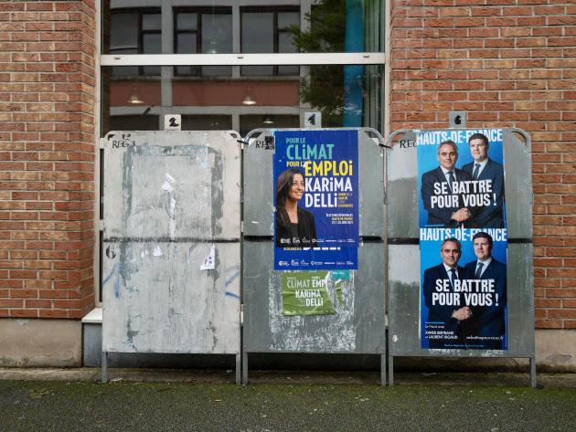 Devant le bureau de vote de l'école élémentaire Voltaire, dans le quartier de l'Alma, à Roubaix, le 27 juin.