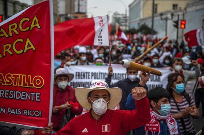 Simpatizantes de Pedro Castillo marchan por Lima el 26 de junio de 2021.