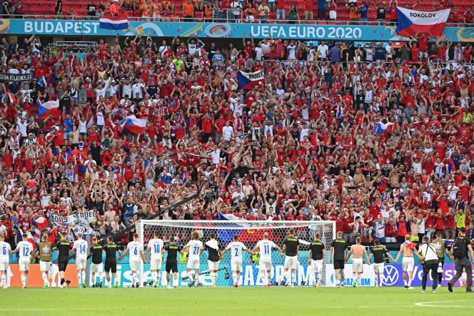 Les joueurs tchèques célèbrent leur victoire face aux Pays-Bas avec leurs supporteurs, dimanche 27 juin à Budapest (Hongrie).