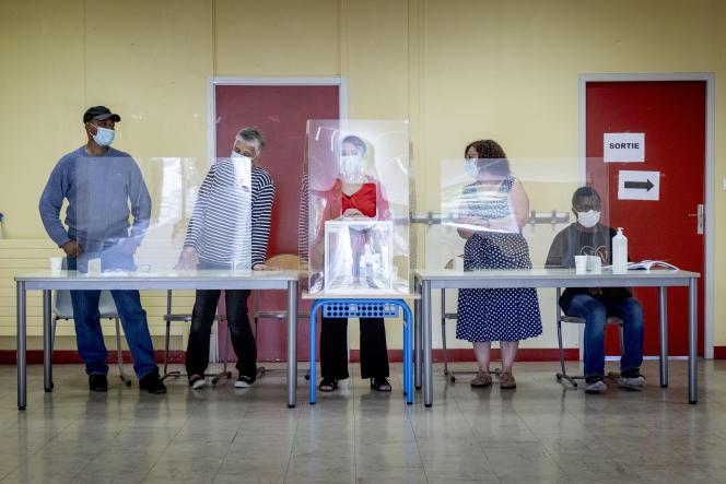 Bureau de vote de l'école Youri-Gagarine à Vaulx-en-Velin (Rhône), lors dusecond tour des élections régionales, le 27 juin 2021.