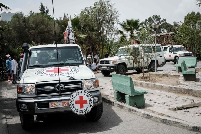 Des ambulances de la Croix-Rouge arriventavec des personnes blessées sur un marché de Togogalors d'une frappe aérienne meurtrière,à l'hôpital général de Mekele, le 24 juin 2021.