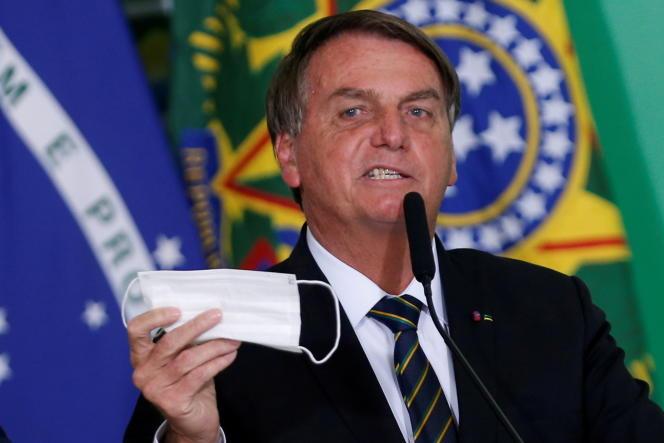 Prezydent Jair Bolsonaro nosi maskę w ręku podczas ceremonii w Brasilii w Brazylii 10 czerwca 2021 r.