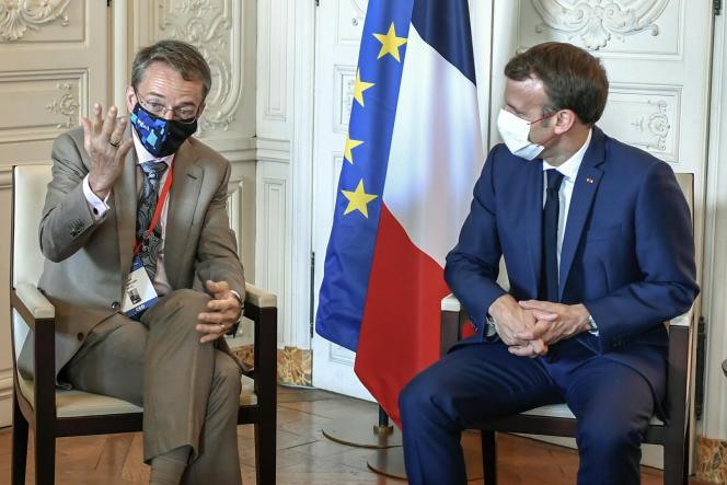 Pat Gelsinger, le patron d'Intel, en conversation avec le président français, Emmanuel Macron, le 28 juin, lors du sommet Choose France, à Versailles.