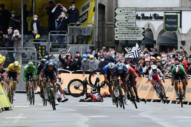 La chute de l'Australien Caleb Ewan (Lotto Soudal) et du Slovaque Peter Sagan (Bora Hansgrohe), lors du final de la troisième étape du Tour de France entreLorient et Pontivy (Morbihan), le 28 juin.
