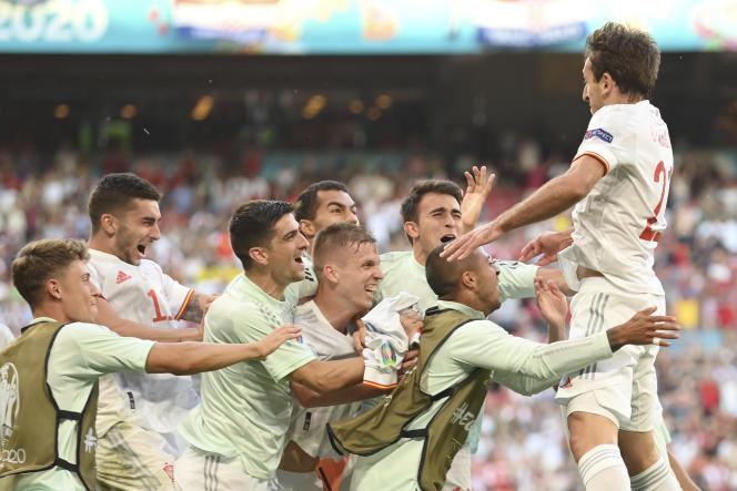 La joie des Espagnols, après que Mikel Oyarzabal a inscrit le cinquième but de la Roja, lundi, face à la Croatie.