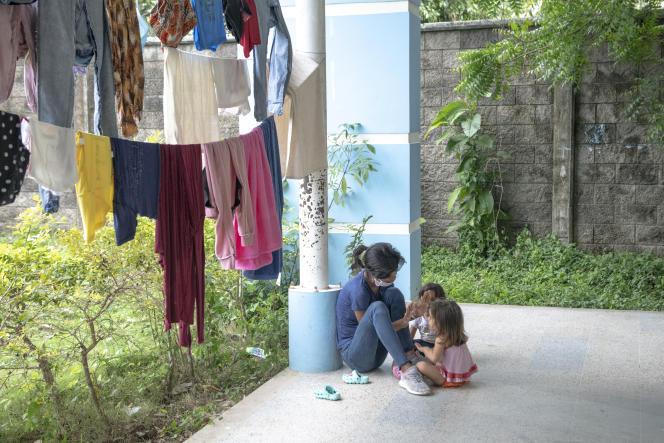 Une jeune femme, réfugiée en Colombie suite à des affrontements au Venezuela, joue avec des enfants, à Arauquita, le 31 mars 2021.