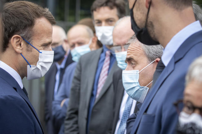 Prezydent Republiki Emmanuel Macron i prezydent regionu Hauts-de-France Xavier Bertrand odwiedzają fabrykę Renault w Douai (północ), poniedziałek, 28 czerwca 2021 r.