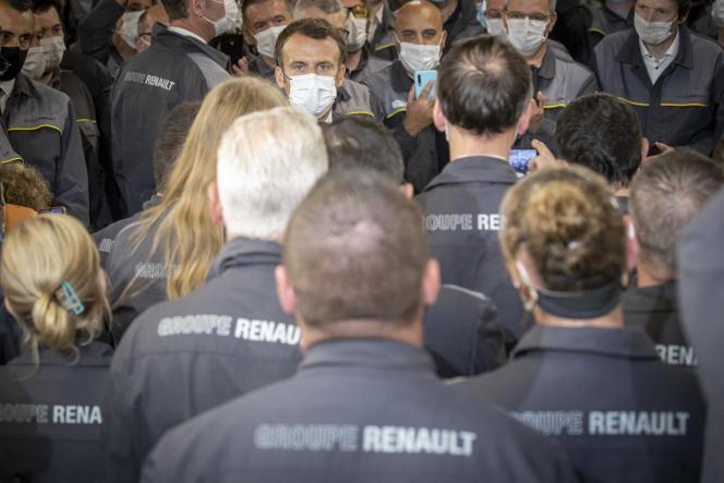 Emmanuel Macron visite l'usine Renault de Douai (Nord), le 28 juin 2021.