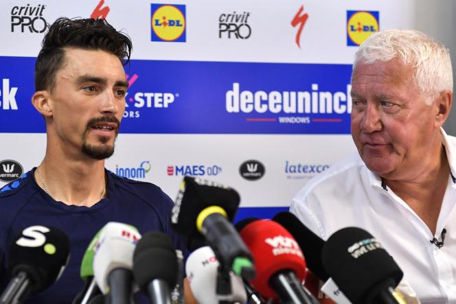 Julian Alaphilippe (à gauche) et Patrick Lefevere lorsd'une conférence de presse donnée à Nîmes (Gard) dans le cadre de la 106eédition du Tour de France, le 22 juillet 2019.