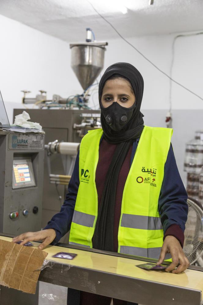 Arabia Nimer, 22 ans, travaille au remplissage et au conditionnement à l'usine Safe Technology. Elle fait ce travaille pour pouvoir étudier le droit - elle travaille un semestre et étudie l'autre. Amman, Jordanie, le 28 juin 2021.