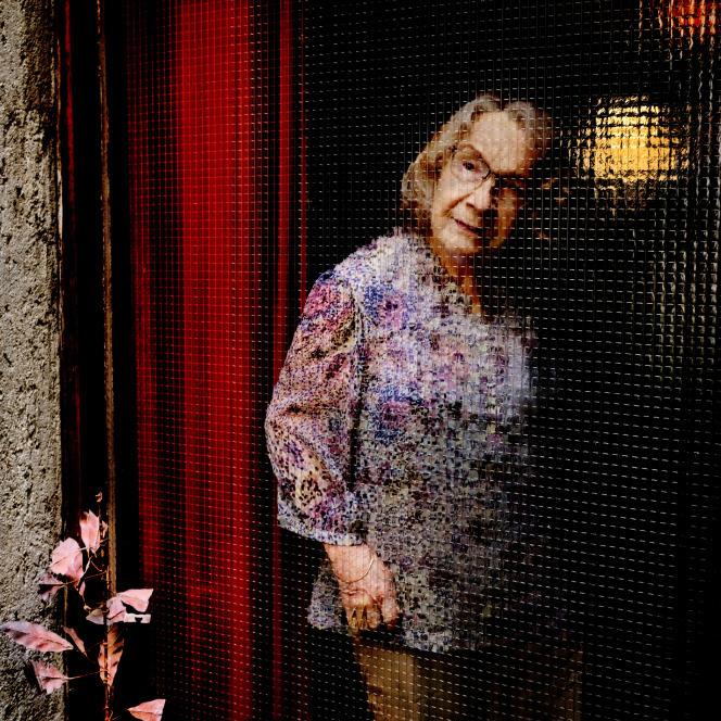 Sabine Weiss chez elle à Paris, en juin 2021.