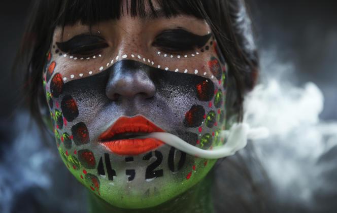 Lors d'une manifestation demandant la légalisation du cannabis, devant le Sénat, à Mexico, le 20 avril 2021.