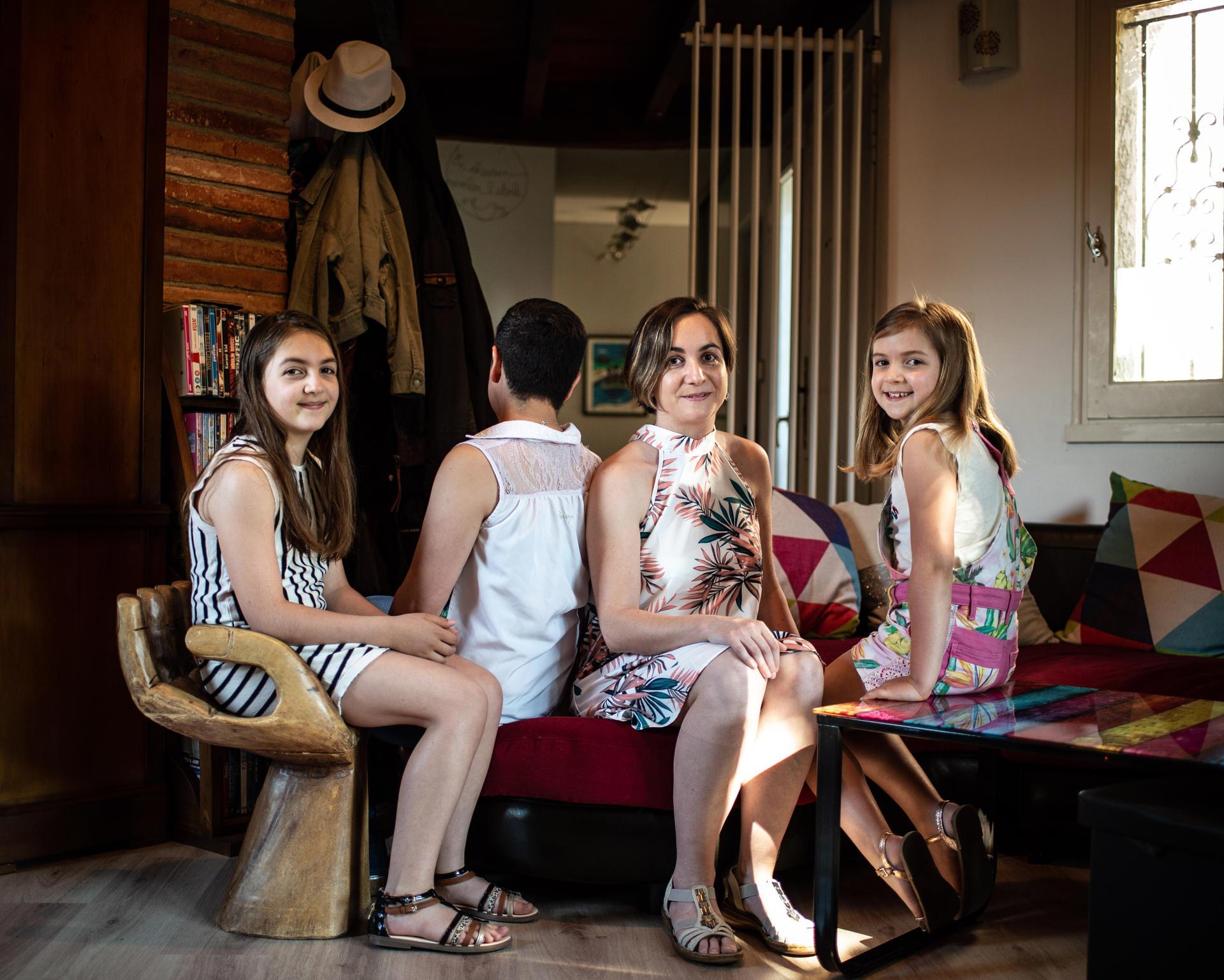 Jorami et Alexia, entourées d'Eden, 12 ans, et Chaïli-Rose, 8 ans, dans la maison familliale à Muret, près de Toulouse, le 26 juin 2021.