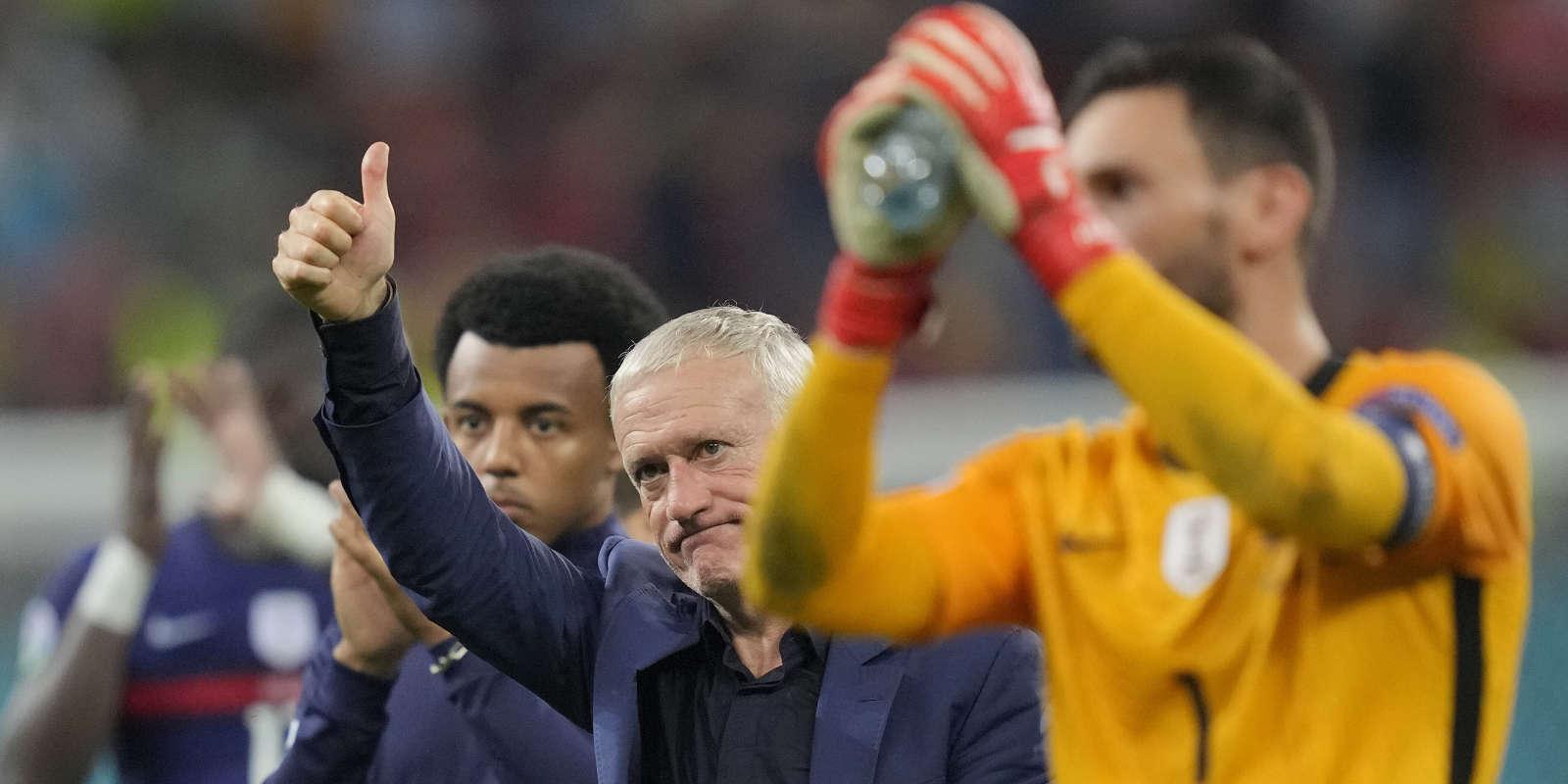 Didier Deschamps et Hugo Lloris remercient les supporters tricolores après la défaite contre la Suisse à l'issue de la séance de tirs au but en huitième de finale de l'Euro 2021, à Bucarest (Roumanie).