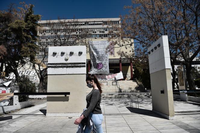 Devant l'université Aristote de Thessalonique, en Grèce, le 16 avril 2021.