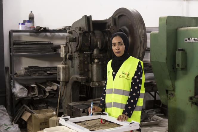 Doa Jibarat, 19 ans, travaille sur une machine d'exploitation à l'usine d'électroménager Rifco, à Sahab, en Jordanie, le 28 juin.