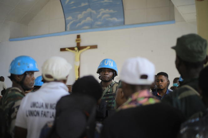Des casques bleus de la Monsuco sécurisent l'église de Beni, en RDC, après l'explosion d'une bombe artisanale, le 27juin 2021.