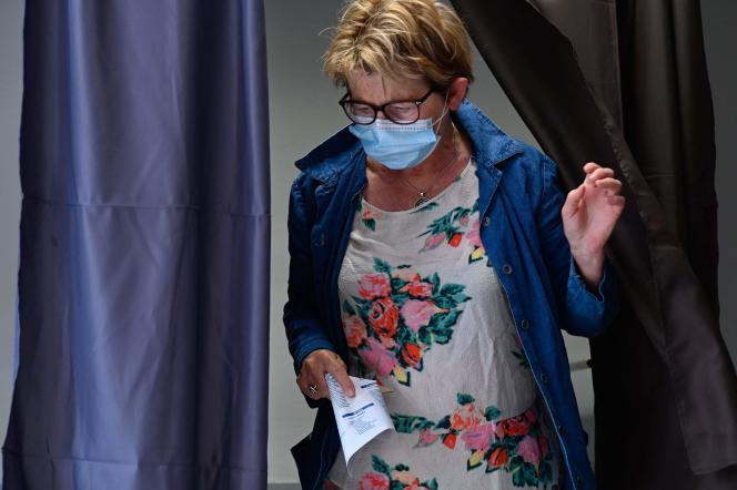 Marie-Guite Dufay, après avoir voté dans un bureau de vote à Besançon, le 27 juin.
