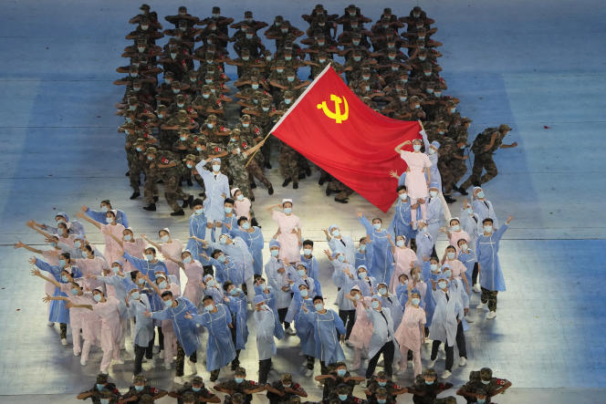 Des artistes déguisés en soignants faisant mine de lutter contre la pandémie de Covid-19 participent à un spectacle de gala avant la cérémonie marquant le centième anniversaire de la fondation du Parti communiste chinois, à Pékin, le lundi 28 juin 2021.