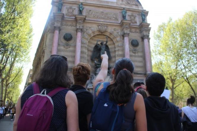 L'escape game proposant un tour de la capitale commence devant la fontaine Saint-Michel, à Paris.